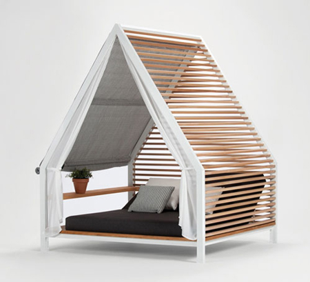 Lounge bed by Patricia Urquiola