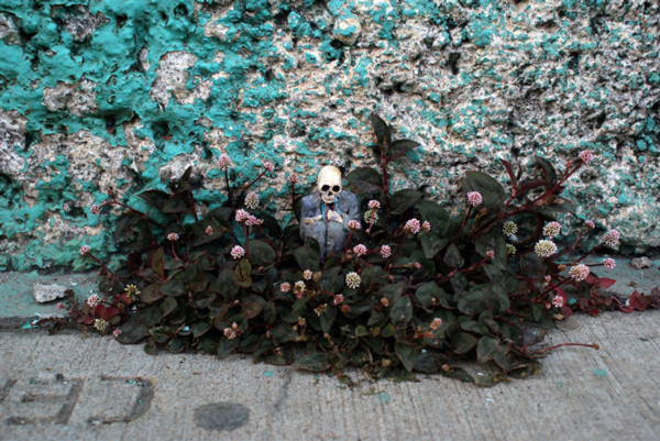 Tiny people sculptures by Isaac Cordal
