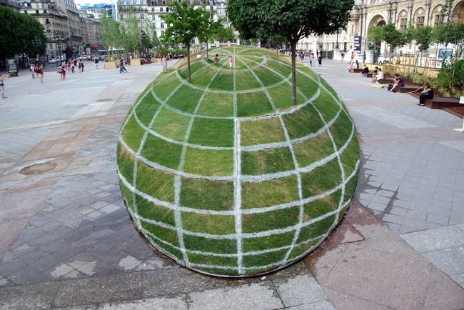 Giant 3D globe1