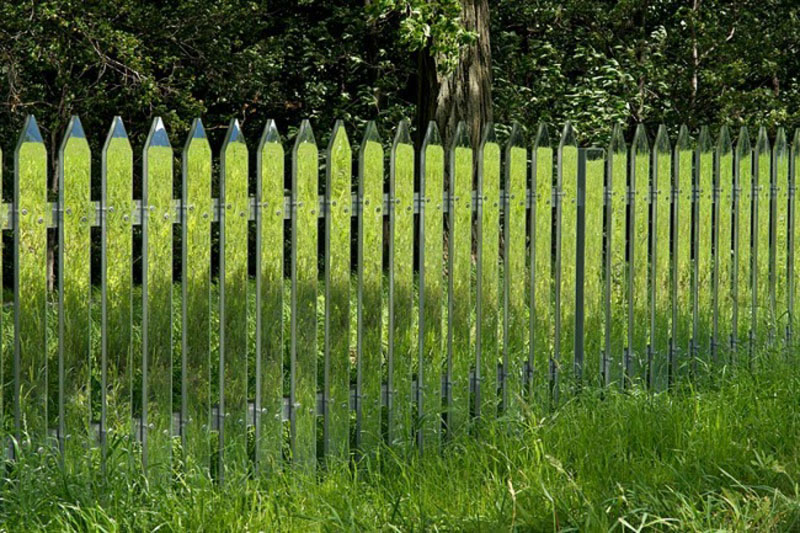 89905-R3L8T8D-650-mirrored-fence-by-alyson-shotz-8