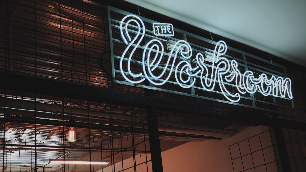 3 Best Practices to Try When You Brand Your Company With a Storefront Sign