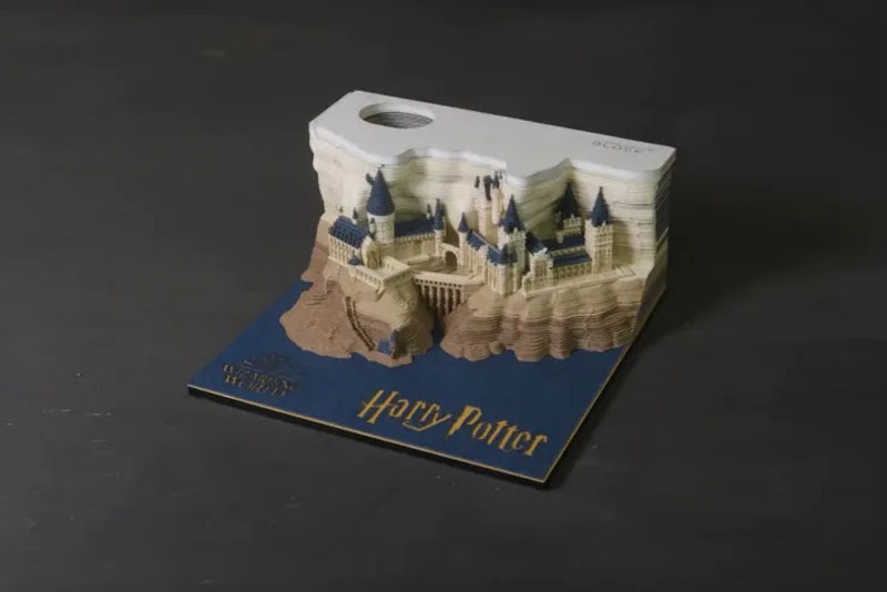 The Harry Potter Notepad That Reveals Poudlard's Castle As You Use It